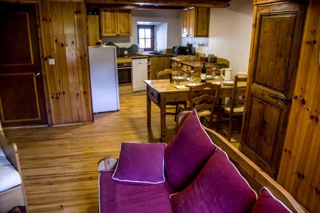 interieur du gite, la cuisine vue depuis le canapé